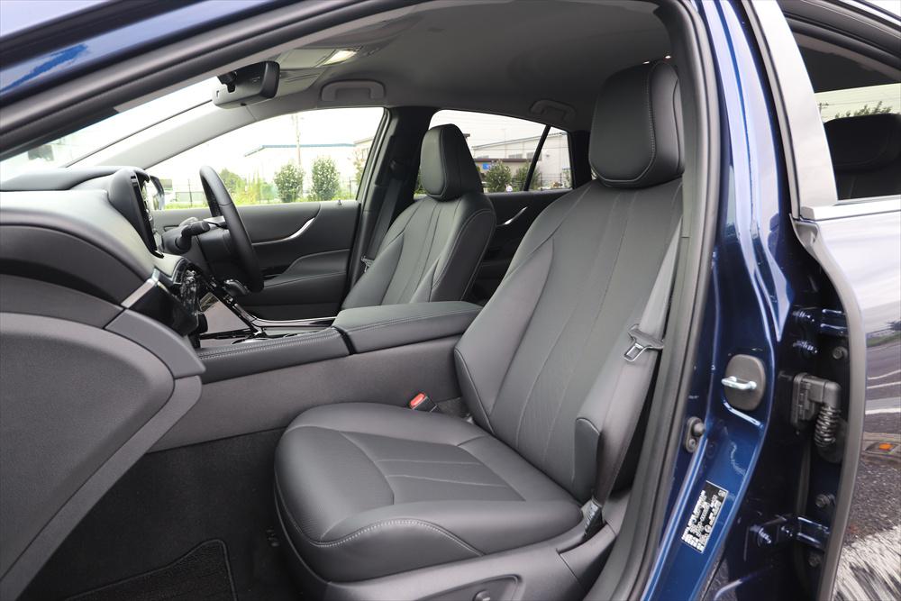 運転席/助手席ともにシートの調整は電動式。快適温熱シートにより冬場は温かい