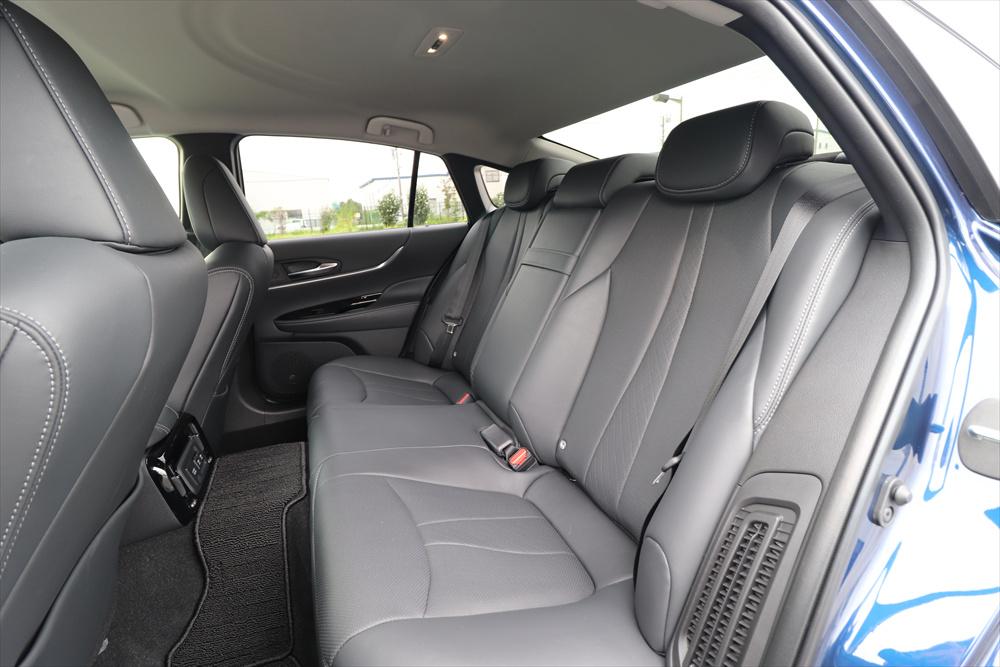 後席は、中央席の足元の張り出しが大きいものの、左右の席はゆったり座れる