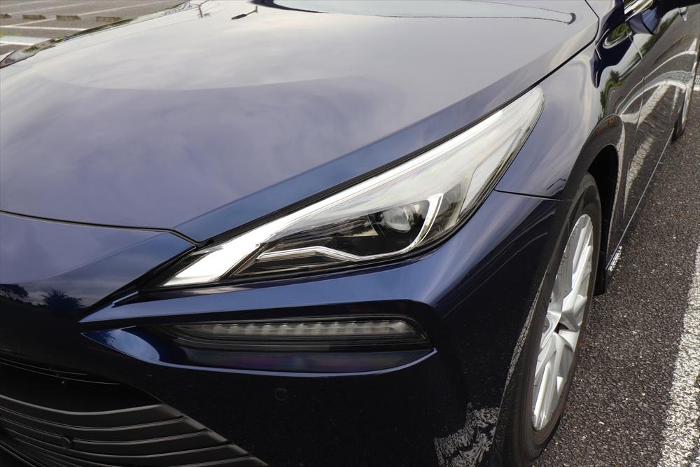 切れ長のデザインが特徴的なLEDヘッドライト
