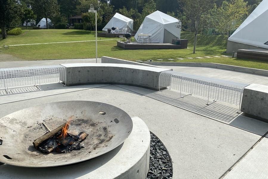 画像下部にある「ファイヤープレイス」は夕方になると薪が焚かれ、アウトドアならではのゆったりとした気分を味わえる (画像提供:リソルの森)