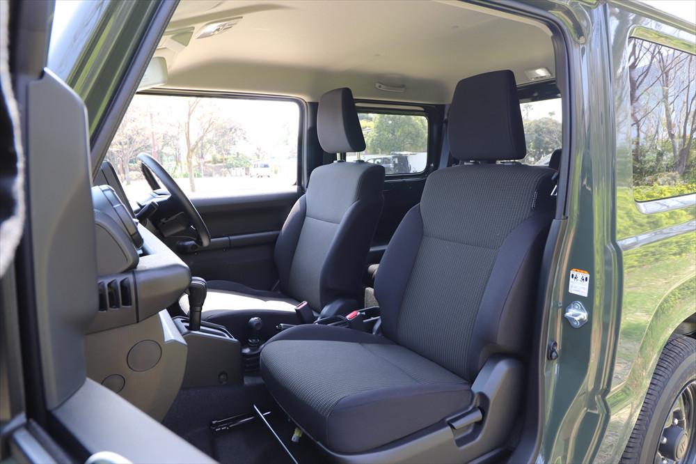 前席はしっかりとしたシートが備わり、快適性は上々