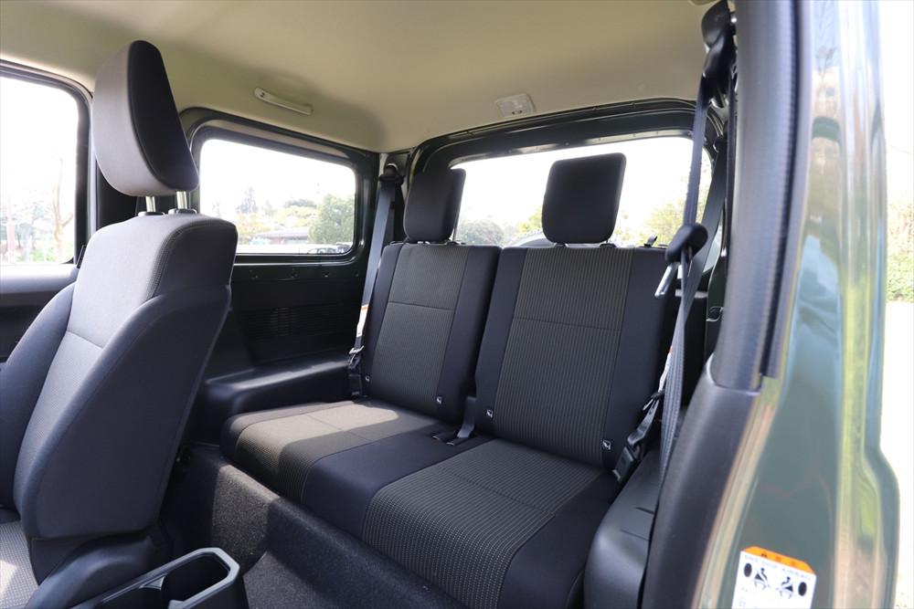 後席は足元があまり広くなく、シートも幅が狭いので長距離には向かない