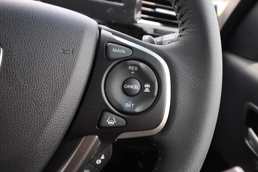 多くの車種はボタンで操作。メインスイッチを押し、「SET」または「RES」で動作開始(写真はステップワゴンスパーダ)