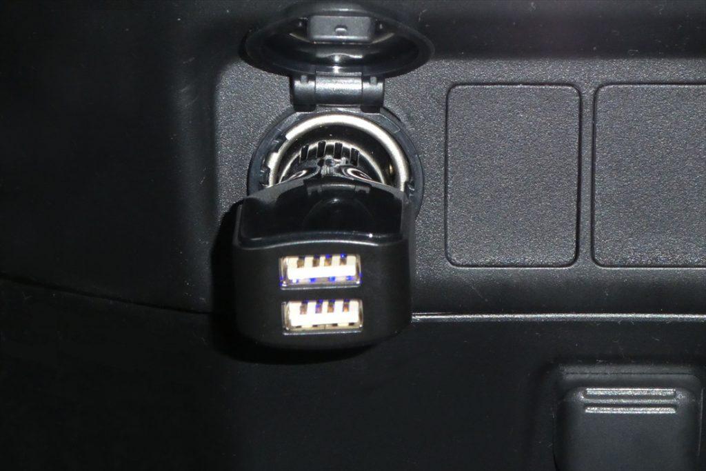 アクセサリーソケットに差し込むタイプのUSBソケット。充電コードはご自身でご用意を