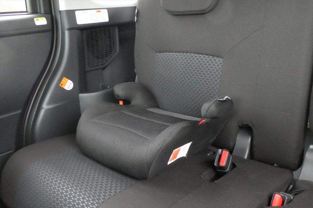 ジュニアシートは後席に置くだけでOK。この上にお子さまを座らせ、大人と同じ用にシートベルトを着用し、腰ベルトをガイドの下に通す