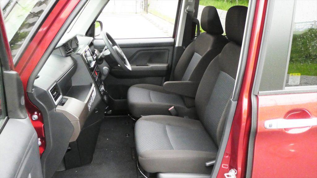 ドアを開け驚く、室内の広さ。前席はウォークスルーとなっていて、車内から後席へアクセスできる