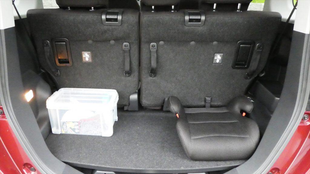ジュニアシートは「おそうじキット」と一緒に荷室に搭載されている