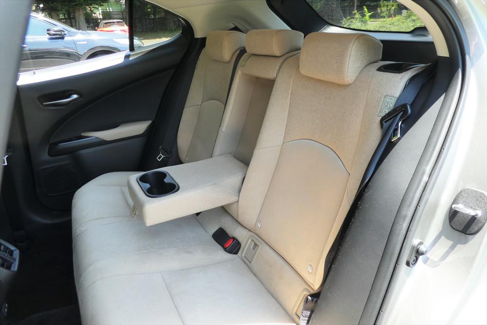 前席と同様に後席も座り心地は抜群。中央席を使わないときはアームレスト兼ドリンクホルダーが使える