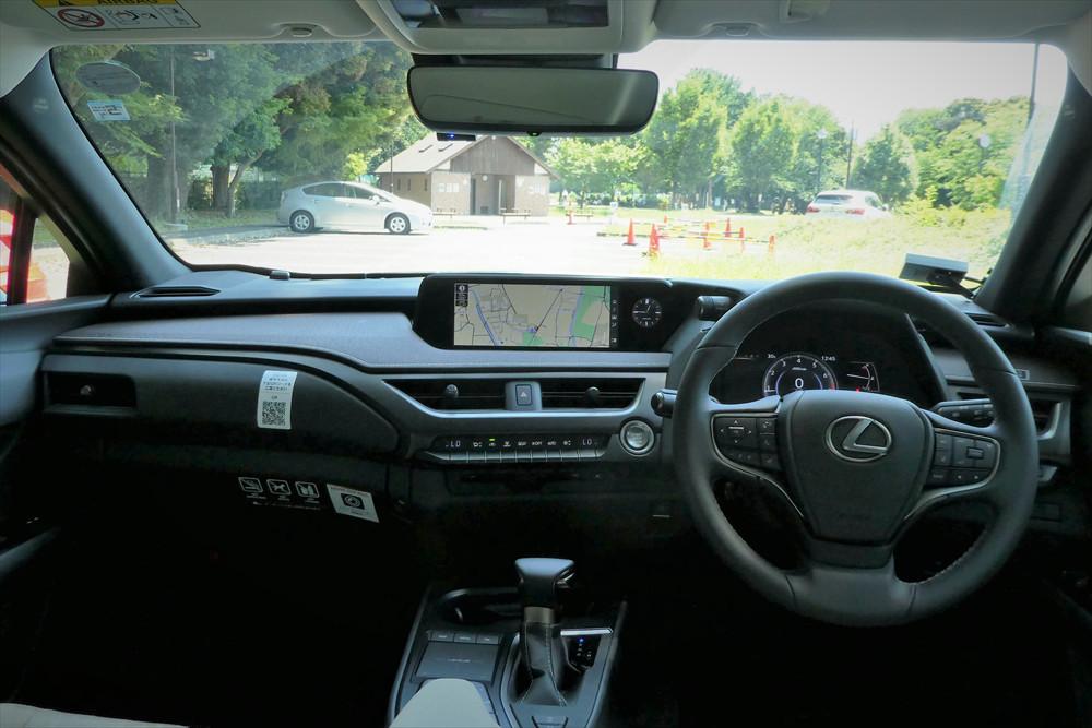運転者が操作しやすいように、スイッチ類は運転者側に傾斜した配置に。質感の高さはさすがレクサス