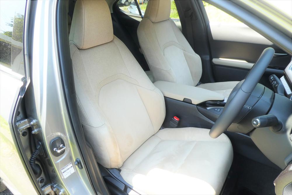 座り心地のよさは光るシート。ファブリックの肌触りはなめらかで、さすがレクサスと言ったところ