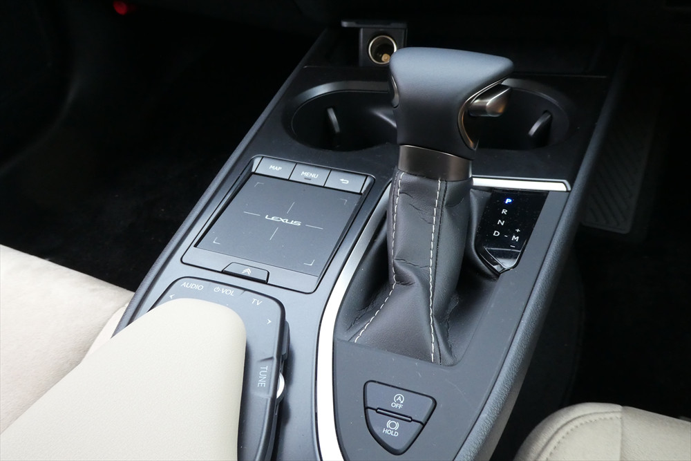 リモートタッチの後ろには、オーディオコントローラーも搭載。ほとんどの機能が手元で操作できる点もUXの特徴。