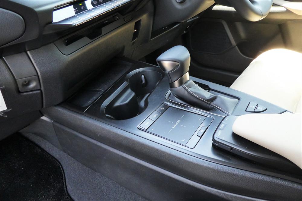 ディスプレイの操作はシフトレバーの左隣にあるタッチパッドを使う。操作感はノートPCのタッチパッドと似ている