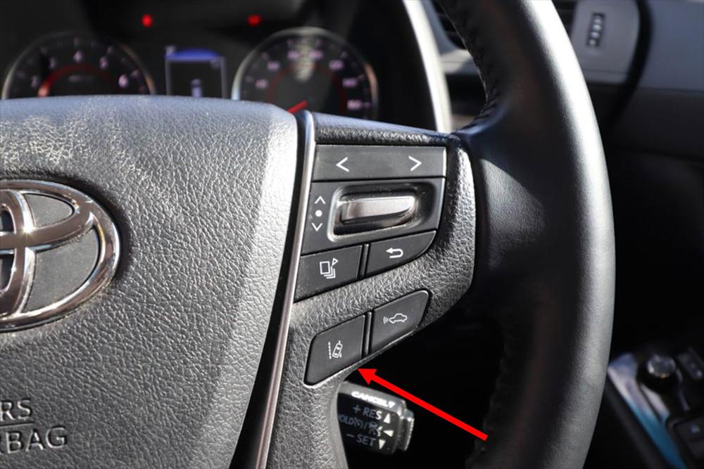 「レーストレーシングアシスト(LTA)」はステアリングに配置されたこのボタンでONにする