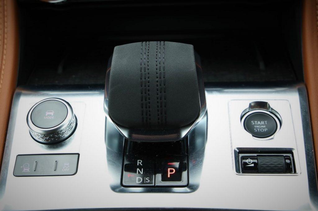新形状の短いシフトレバーは「P」のみボタン式。左はドライブモード、右はオーディオのダイヤルスイッチ