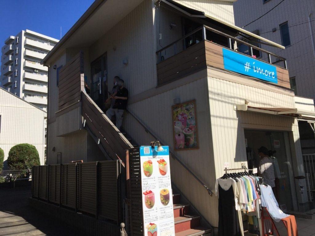 2F テラスの青い看板が目印。テレビや雑誌で紹介されるほどの人気店