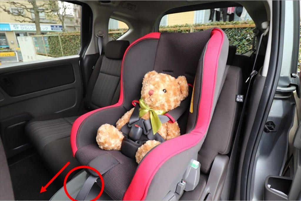 シートベルトを装着したら、ハーネスアジャスターでたるみを取る