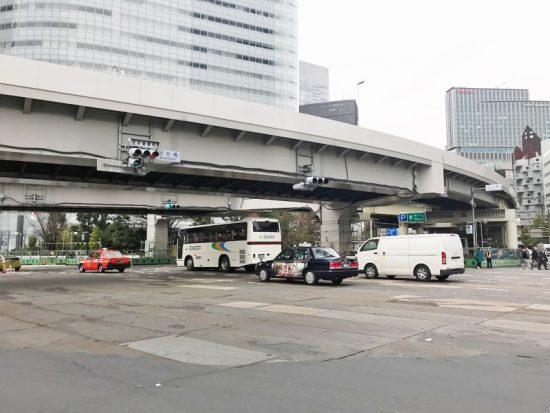 左手には首都高入り口がある汐先橋交差点