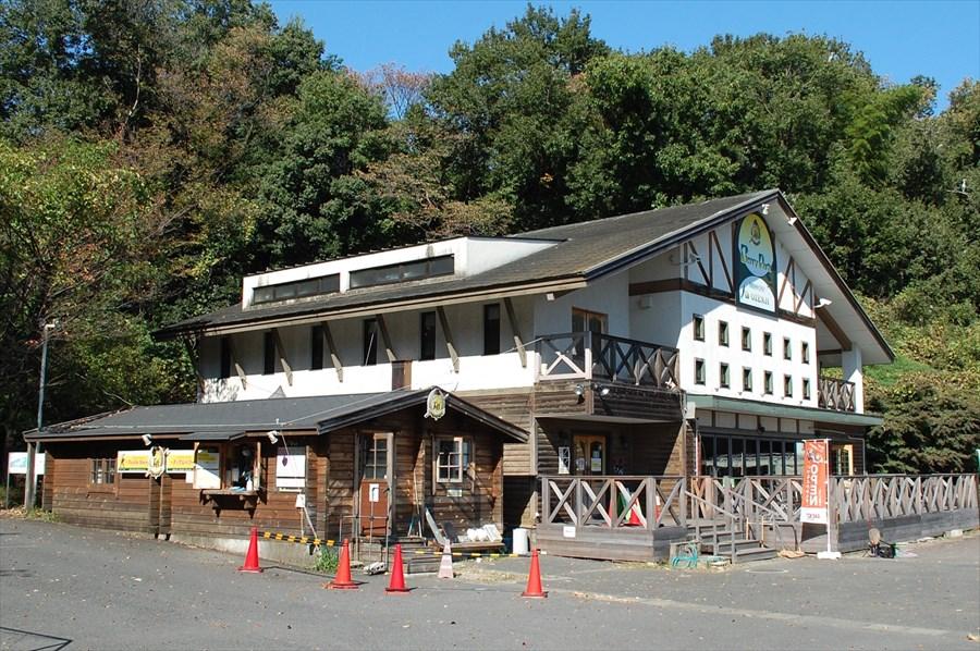 左の建物に受付とショップ。右の白い建物はレストラン