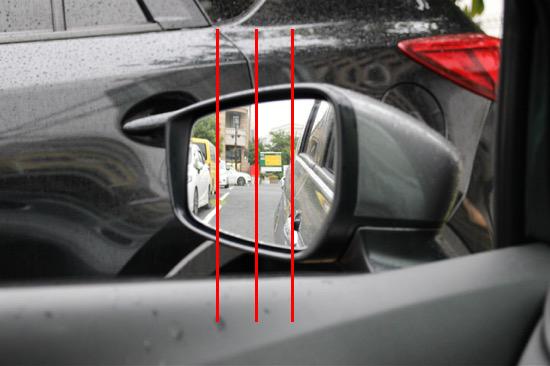 鏡面の1/4程度に車体が映るようにあわせる