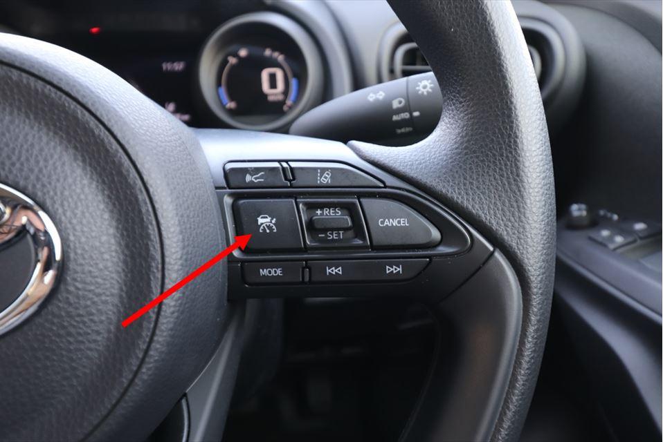 矢印のボタンがメインスイッチ。これで機能をONにして、隣の「RES/SET」で動作が開始する