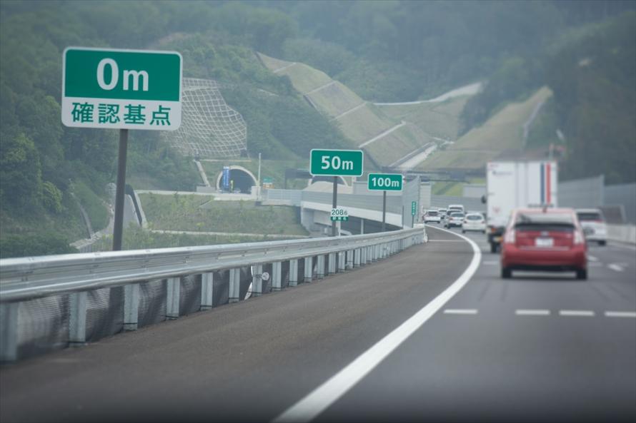こちらが「車間距離確認標識」。路面に線も引かれていて車間距離を確認できる