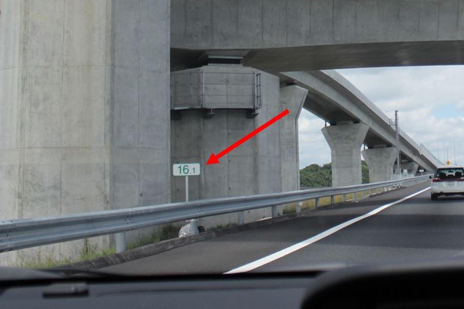 道路のわきにある小さな数字の標識