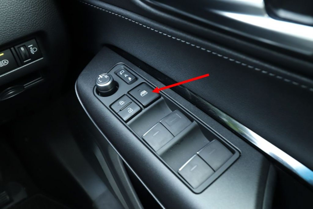 子どもを乗せるときは窓が開かないようにロックしておこう(写真は新型ハリアー)
