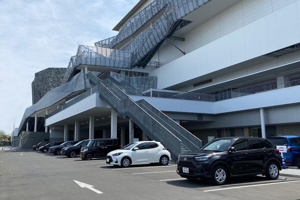 「ところざわサクラタウン」には屋外駐車場(148台)のほか、歩いて5分ほどの場所に第2駐車場(40台)と第3駐車場(142台)がある