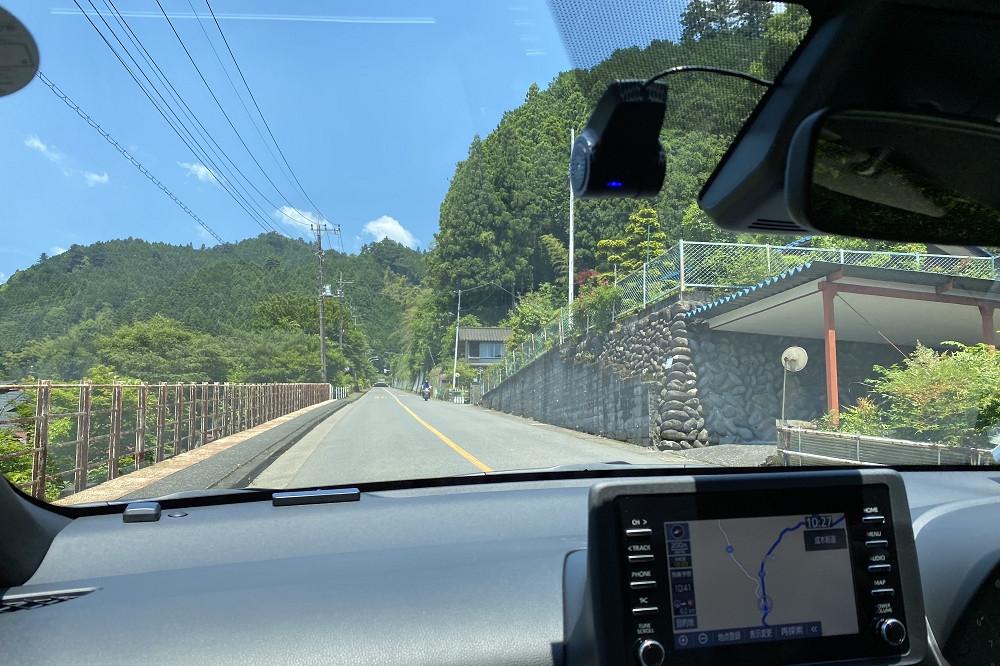 青梅IC周辺の町中を抜けると、青空と緑に包まれた気持ちの良い道が始まる