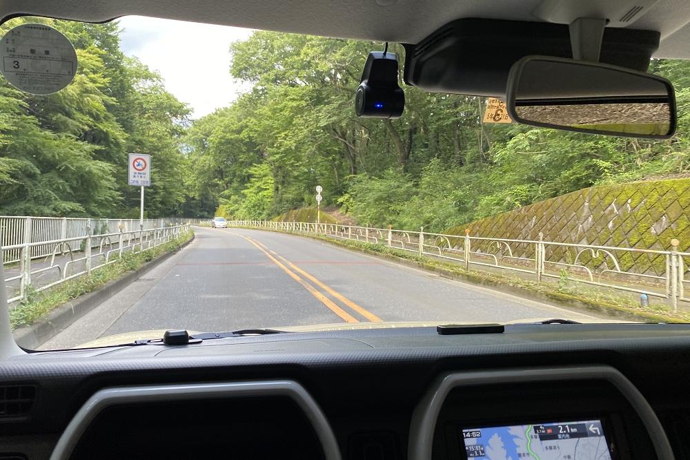 多摩湖に近づくと、道は緑に包まれる。春は桜、秋は紅葉、冬は澄んだ青空と、四季折々のドライブが楽しめる