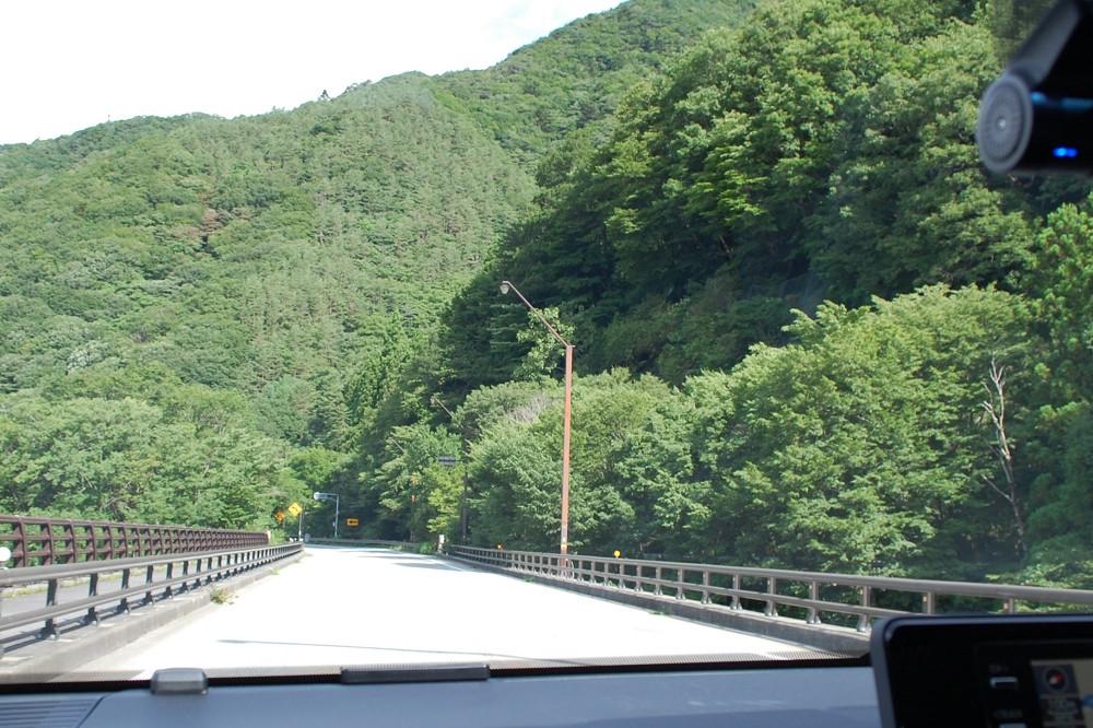 深い緑に包まれる富士パノラマライン。天然の避暑スポットでもある「富岳風穴」や「鳴沢氷穴」前を通過して本栖湖へと向かう