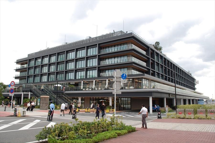 横浜ハンマーヘッドの外観。客船ターミナル施設と商業施設は1F~2Fにあり、3F~5Fはホテルの客室になっている