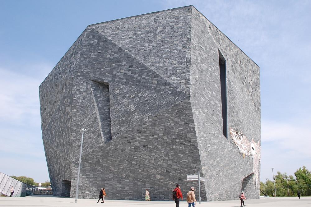 「角川武蔵野ミュージアム」の建物は、他では見ることのできない無二のデザイン