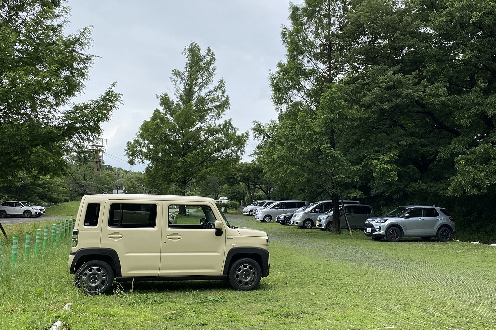 「都立狭山公園一般駐車場」のスペースは45台。利用時間は9時から17時までで、終了後は門が閉まって出られなくなるので注意