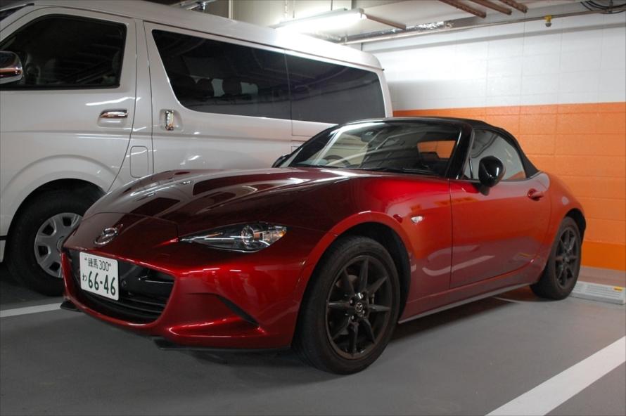 運転の楽しいスポーツカーとして世界中で評価されている「ロードスター」。屋根は手動式だが、30秒もあれば開閉できる