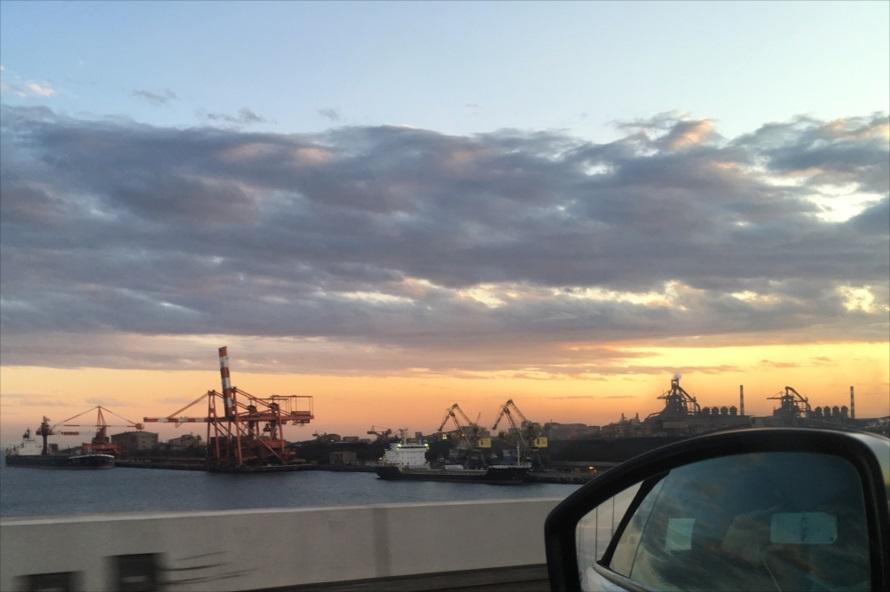 横浜に向かう途中で撮影。夕焼けの時間の港風景は、とても印象的