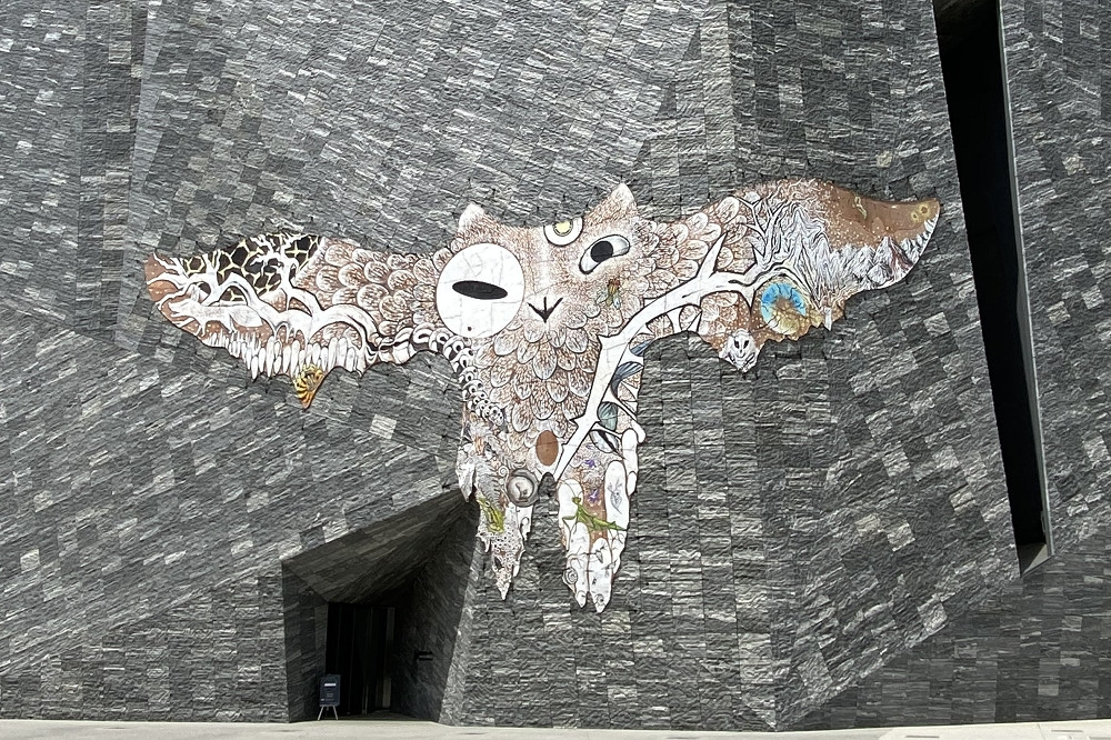 外壁には鴻池朋子氏の手がけた「武蔵野皮トンビ」が。牛革に水性塗料で描かれたもので、風雨にさらされて変化する様を鑑賞する作品なのだそう。《武蔵野皮トンビ》 鴻池朋子 2021 © 2021 Tomoko Konoike Courtesy of Kadokawa Culture Museum