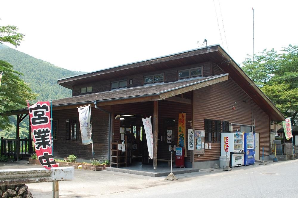 「レイクサイドテラス名栗湖」では喫茶メニューの他、蕎麦やうどん、鮎やマスの塩焼きといった軽食も提供している
