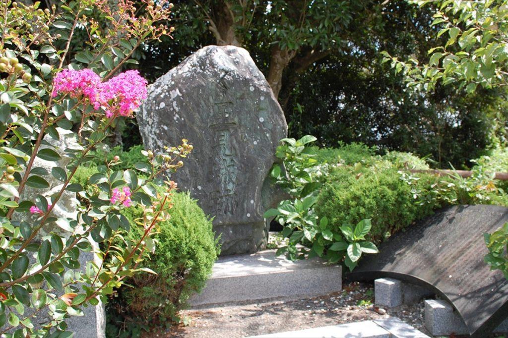 館山城を見上げるように、館山城(里見城)跡の石碑が建てられている