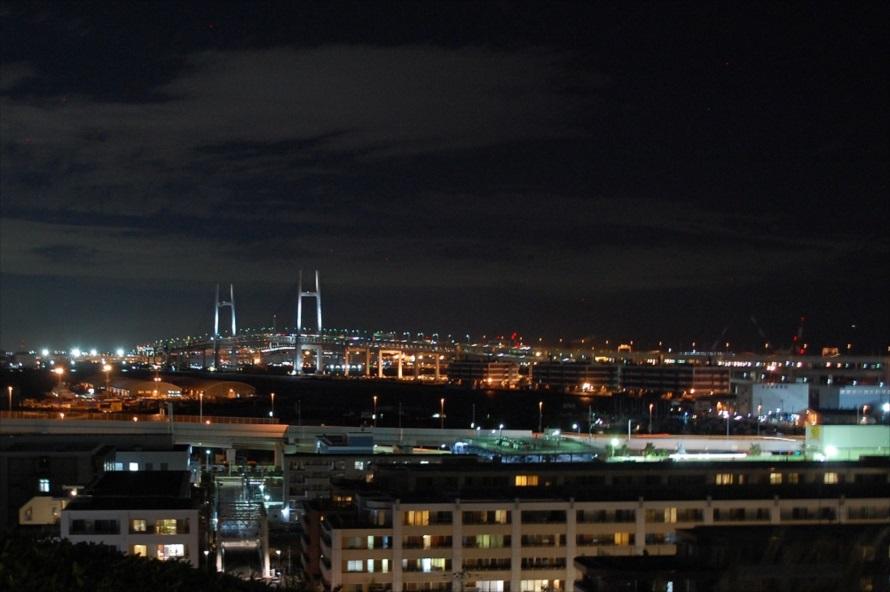 展望台から眺める横浜ベイブリッジ。ベイブリッジを照らすライトの色は、時間と共に変化する
