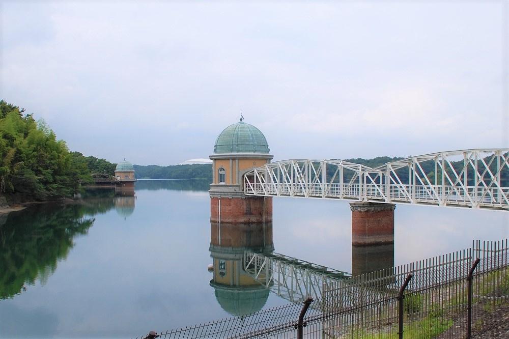 「第一取水塔」脇に建つ白い建造物は、「西武ドーム」こと「メットライフドーム」