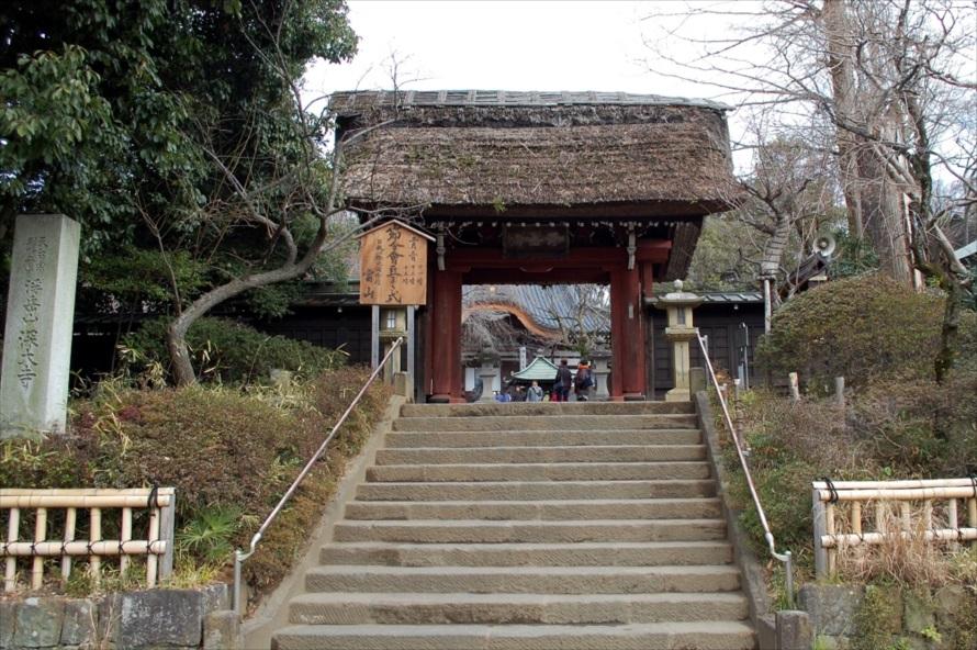 幕末(1865年)の火災による被災をまぬがれた山門は、深大寺の建物の中で一番古い