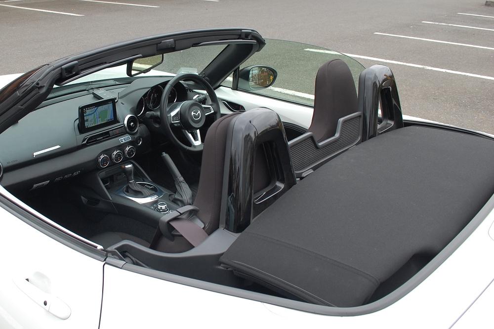 オープン時、幌(屋根)は畳まれ、運転席の後部に収納される
