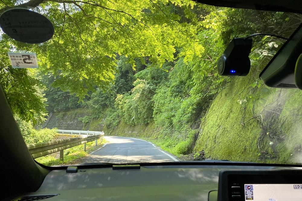 道幅は対向車とぎりぎりすれ違えるくらい。湖に気を取られないように安全運転で