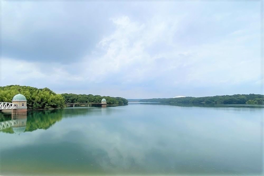 多摩湖堤防から望む多摩湖全景。狭山丘陵や遠く奥多摩の山々は、四季によりさまざまな色合いを見せる