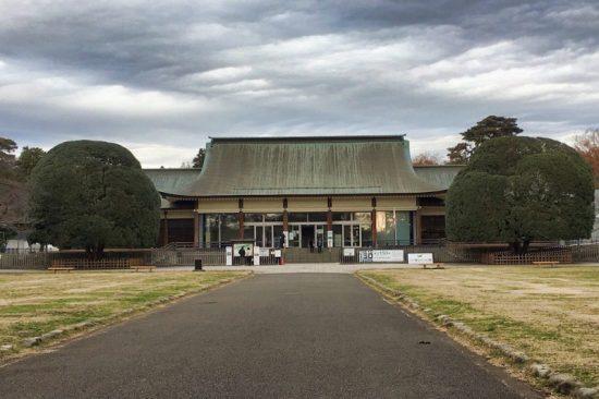 正面玄関を務めるビジターセンターは1940年、皇居前広場に「紀元2600年記念式典」のため建設されたもの