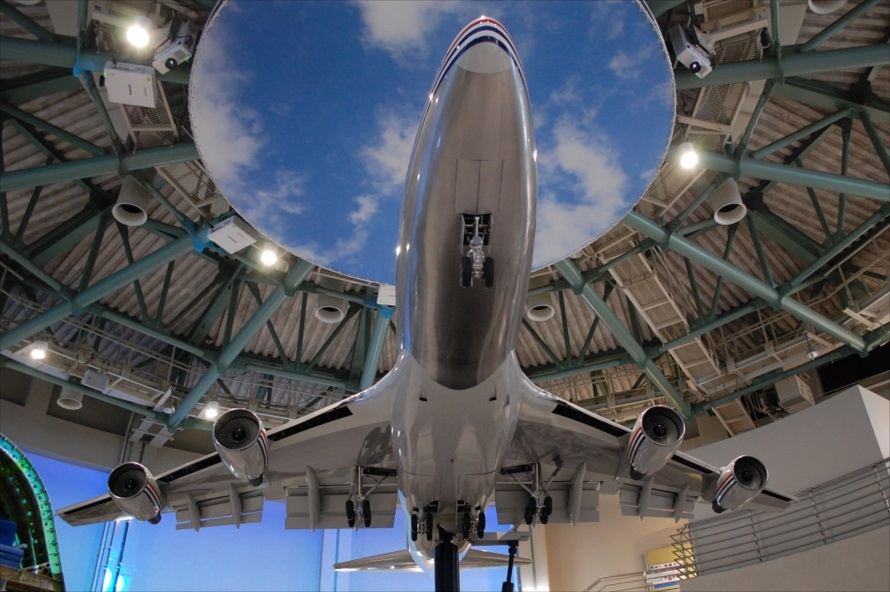 「ボーイング747-400」は1/8サイズの大型模型で、航空科学博物館のシンボルとなっている