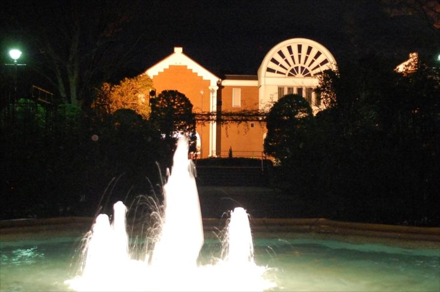 大佛次郎記念館は夜間、ライトアップされている