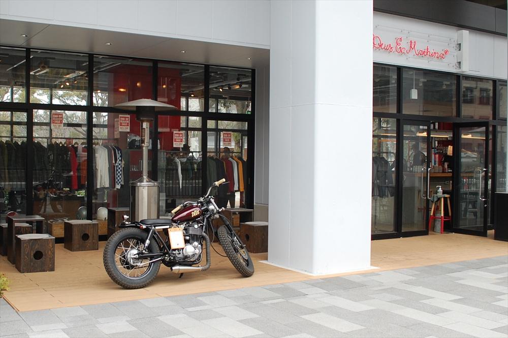 オーストラリアに本店を持ち、東京初出店となる「DEUS EX MACHINA ASAKUSA」。サーフとバイクカルチャーをベースとし、洗練されたアパレルとカフェがある