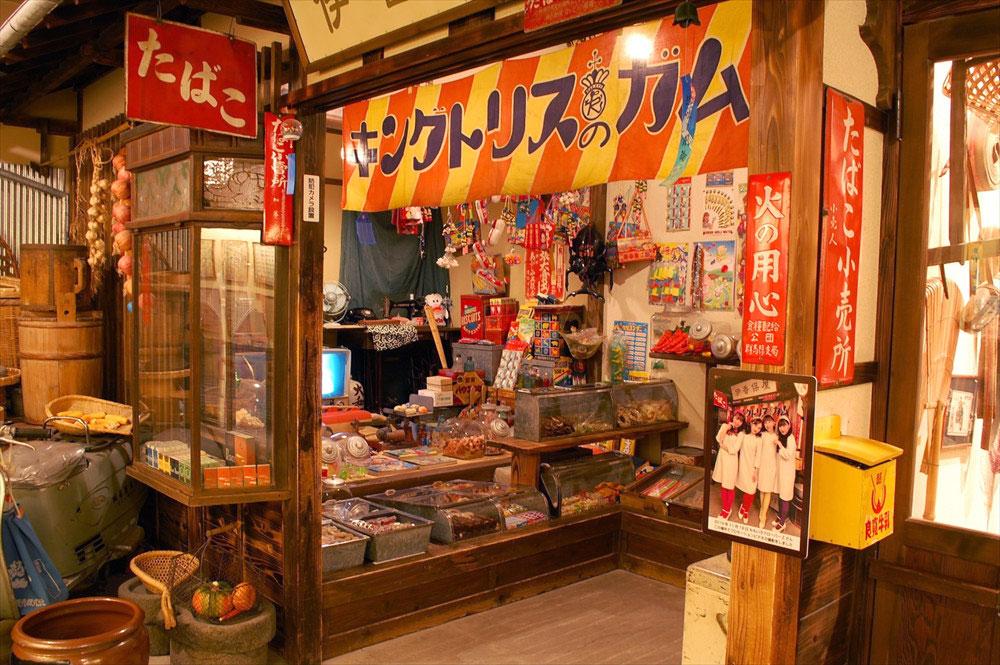 駄菓子屋の雰囲気が幼い頃に通ったお店とどこか似通っており、懐かしさをおぼえる